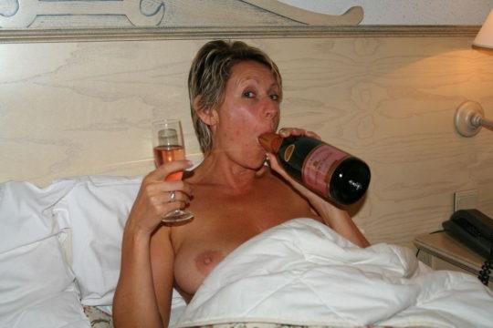 【外国人エロ画像】酔っぱらったらとりあえず脱いでラッパ飲みがデフォの外人ネキ、ホント素敵・・・(画像25枚)・17枚目
