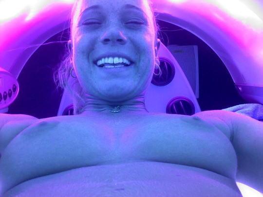 【日サロエロ画像】外国人まんさんってなんで日焼けマシンの中でエロ自撮りするんや???誰か教えてくれメンス。(画像あり)・16枚目