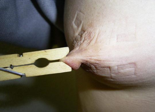 【乳首エロ画像】男でも授乳の痛みを感じられる変態プレイがコチラ。。。(画像30枚)・4枚目