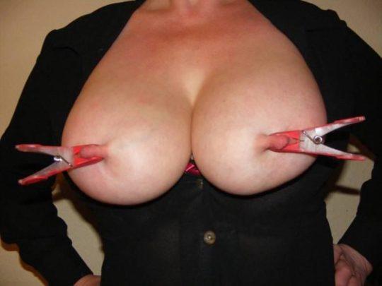 【乳首エロ画像】男でも授乳の痛みを感じられる変態プレイがコチラ。。。(画像30枚)・24枚目