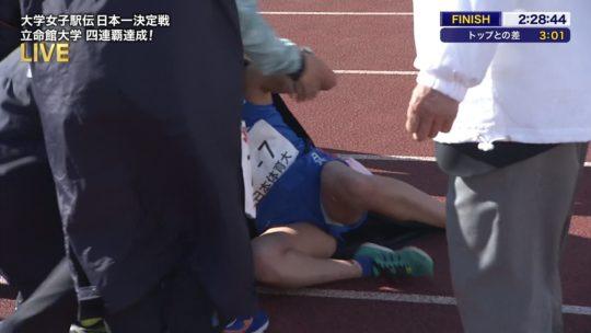 【悲報】駅伝女子、走破して力尽きて倒れ込んだ結果・・・おまえらにとんでもない部分を激写されるwwwwwwwwwwww(画像あり)・9枚目