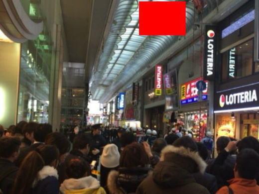 【※閲覧注意】大阪心斎橋で自殺したJKの遺体。 群がって写真撮ってる関西人民度低すぎだろ。。。(画像あり)