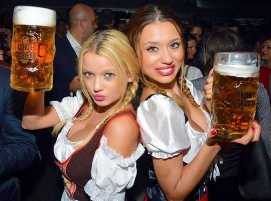 """【おっぱい強調画像】ドイツの激エロ民族衣装""""ディアンドル""""、ビール祭でビールがすすむわけだわこれは・・・(画像あり)・3枚目"""