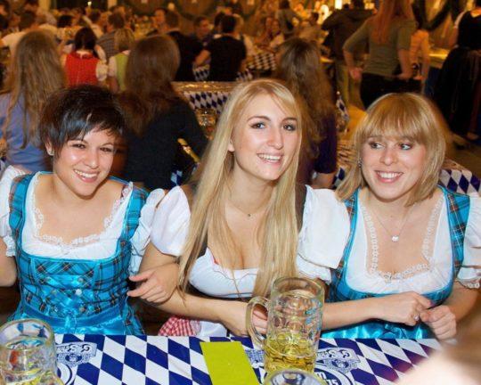 """【おっぱい強調画像】ドイツの激エロ民族衣装""""ディアンドル""""、ビール祭でビールがすすむわけだわこれは・・・(画像あり)・5枚目"""