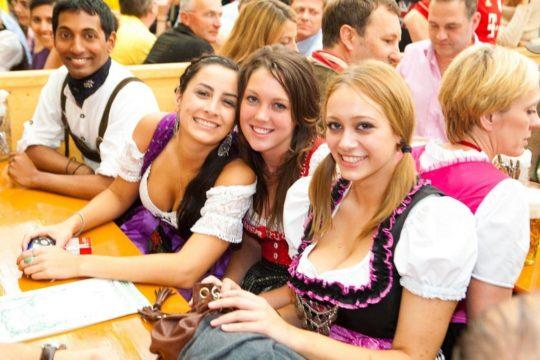 """【おっぱい強調画像】ドイツの激エロ民族衣装""""ディアンドル""""、ビール祭でビールがすすむわけだわこれは・・・(画像あり)・6枚目"""