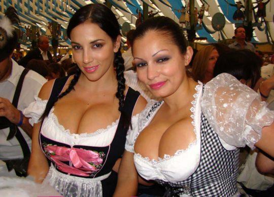 """【おっぱい強調画像】ドイツの激エロ民族衣装""""ディアンドル""""、ビール祭でビールがすすむわけだわこれは・・・(画像あり)・8枚目"""