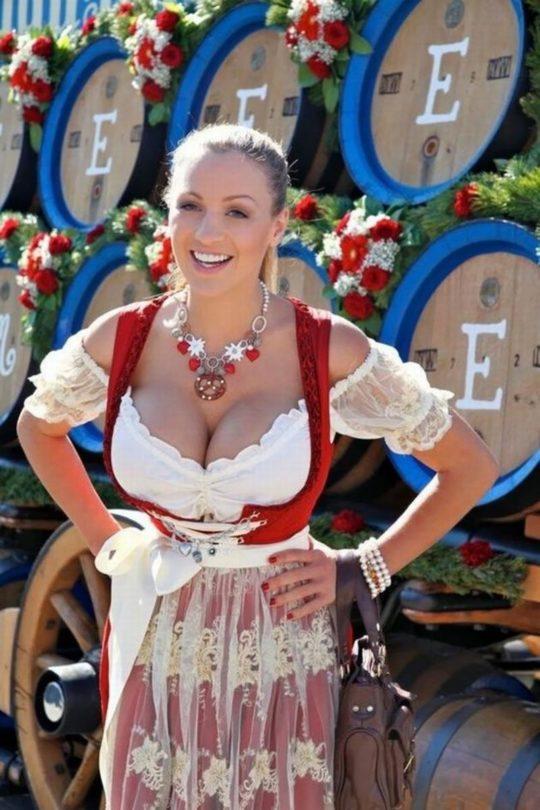 """【おっぱい強調画像】ドイツの激エロ民族衣装""""ディアンドル""""、ビール祭でビールがすすむわけだわこれは・・・(画像あり)・9枚目"""