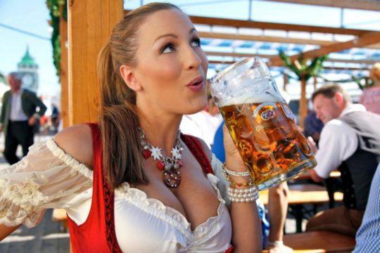 """【おっぱい強調画像】ドイツの激エロ民族衣装""""ディアンドル""""、ビール祭でビールがすすむわけだわこれは・・・(画像あり)・10枚目"""