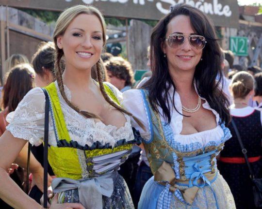 """【おっぱい強調画像】ドイツの激エロ民族衣装""""ディアンドル""""、ビール祭でビールがすすむわけだわこれは・・・(画像あり)・14枚目"""