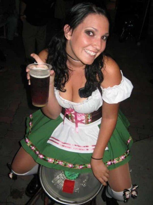 """【おっぱい強調画像】ドイツの激エロ民族衣装""""ディアンドル""""、ビール祭でビールがすすむわけだわこれは・・・(画像あり)・15枚目"""