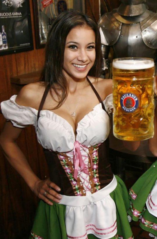 """【おっぱい強調画像】ドイツの激エロ民族衣装""""ディアンドル""""、ビール祭でビールがすすむわけだわこれは・・・(画像あり)・21枚目"""