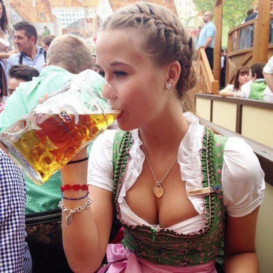 """【おっぱい強調画像】ドイツの激エロ民族衣装""""ディアンドル""""、ビール祭でビールがすすむわけだわこれは・・・(画像あり)・23枚目"""