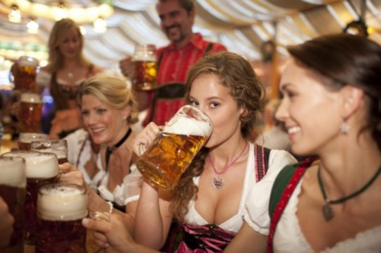 """【おっぱい強調画像】ドイツの激エロ民族衣装""""ディアンドル""""、ビール祭でビールがすすむわけだわこれは・・・(画像あり)・24枚目"""