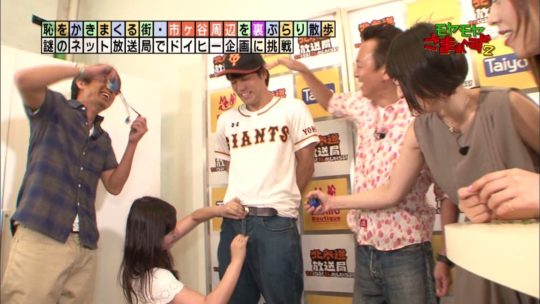 【※やったぜ】一強テレ東さん、ゴールデンタイムに手コキ映像を流す大快挙wwww 男ボッキしててワロタwwwwwww(GIFあり)・1枚目