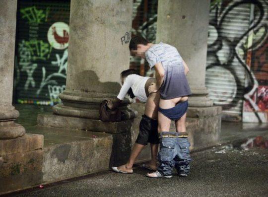 【売春婦エロ画像】外国の格安売春婦ネキ、数をこなす為にガンガン路上でやってて草wwwwwwwww(画像あり)・25枚目