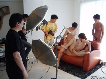 【画像あり】AVの撮影現場、この状況で勃起できる男優のメンタルwwwwwwwwwwwwwww・5枚目