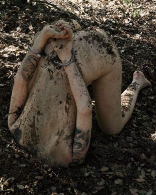 【レイプ画像・閲覧注意】河原でBBQ、女を見かけたらついでに犯す、海外ニキの野外レイプが日常的過ぎて怖E・・(画像30枚)・30枚目
