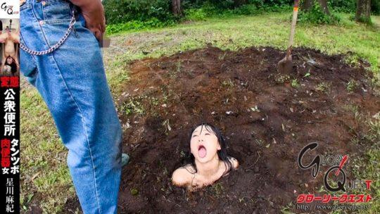 【閲覧注意】まんの者を土の中に埋めておしっこをかけるAV、マジキチ杉めっちゃワロタwwwwwww(画像あり)・1枚目