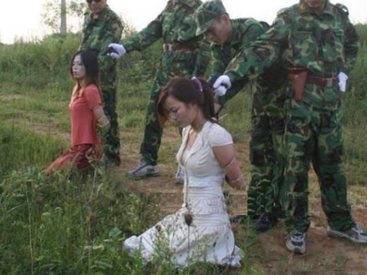 (閲覧注意)中国人の女性囚人が処刑される様子 → 無表情の女処刑人ヤバすぎやろ・・・(写真あり)