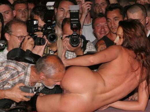 (ストリップ)男って女のまんこを撮るためにここまで必死になるんだぜ?(写真26枚)