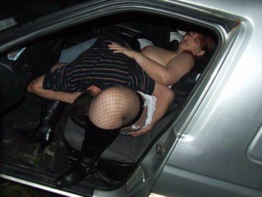 【カーセックス盗撮画像】ラブホ文化のない海外カップルさん達のセックス事情・・・(画像25枚)・4枚目