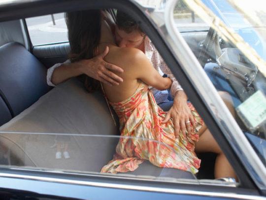 【カーセックス盗撮画像】ラブホ文化のない海外カップルさん達のセックス事情・・・(画像25枚)・17枚目