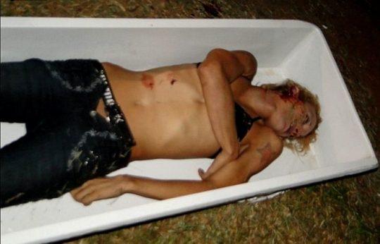 【閲覧注意】レイプされ殺害された外人まんさん、現場検証に来た警察官に最後の情けをかけられるorz(画像あり)・10枚目