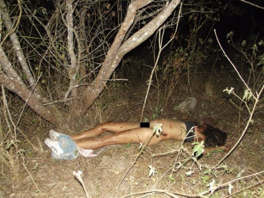 【閲覧注意】レイプされ殺害された外人まんさん、現場検証に来た警察官に最後の情けをかけられるorz(画像あり)・22枚目