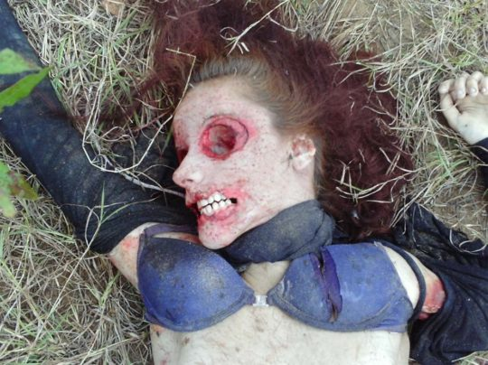 【閲覧注意】レイプされ殺害された外人まんさん、現場検証に来た警察官に最後の情けをかけられるorz(画像あり)・24枚目
