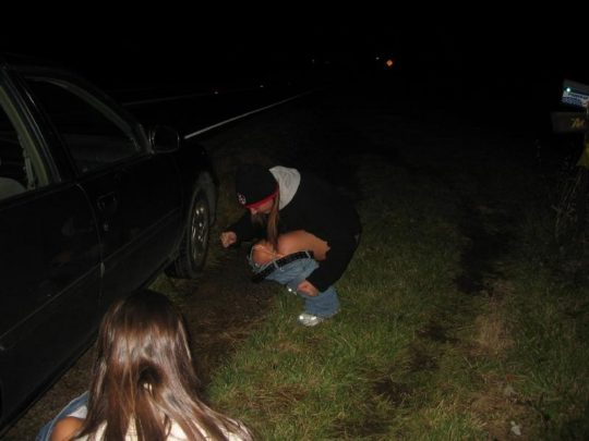 【野ションエロ画像】泥酔外国人ネキ、車の陰で野ションして友達にスマホで撮られSNSに晒される、様式美のような流れに草(画像30枚)・2枚目