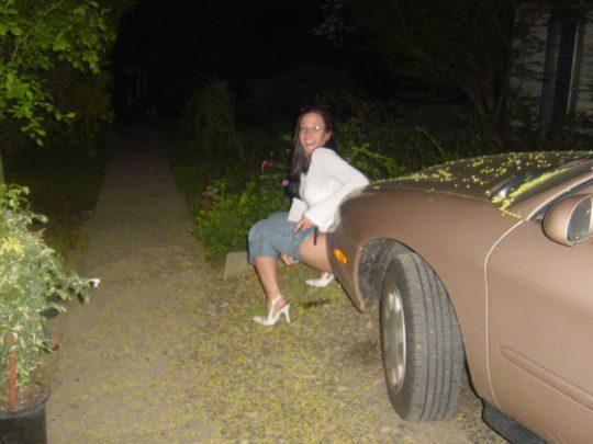 【野ションエロ画像】泥酔外国人ネキ、車の陰で野ションして友達にスマホで撮られSNSに晒される、様式美のような流れに草(画像30枚)・3枚目