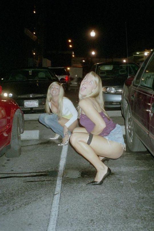 【野ションエロ画像】泥酔外国人ネキ、車の陰で野ションして友達にスマホで撮られSNSに晒される、様式美のような流れに草(画像30枚)・4枚目