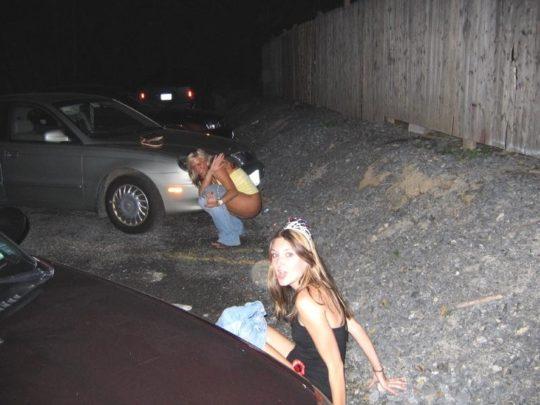 【野ションエロ画像】泥酔外国人ネキ、車の陰で野ションして友達にスマホで撮られSNSに晒される、様式美のような流れに草(画像30枚)・8枚目