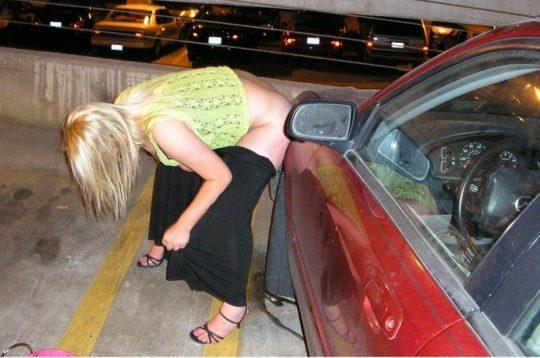 【野ションエロ画像】泥酔外国人ネキ、車の陰で野ションして友達にスマホで撮られSNSに晒される、様式美のような流れに草(画像30枚)・9枚目