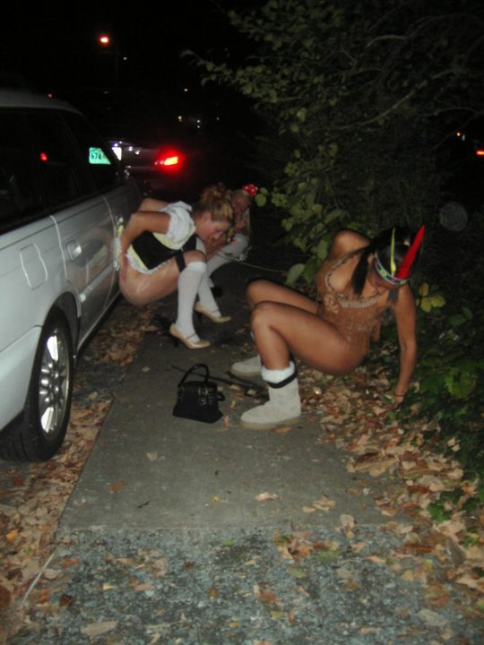 【野ションエロ画像】泥酔外国人ネキ、車の陰で野ションして友達にスマホで撮られSNSに晒される、様式美のような流れに草(画像30枚)・13枚目