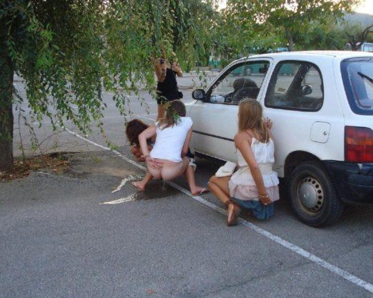 【野ションエロ画像】泥酔外国人ネキ、車の陰で野ションして友達にスマホで撮られSNSに晒される、様式美のような流れに草(画像30枚)・15枚目