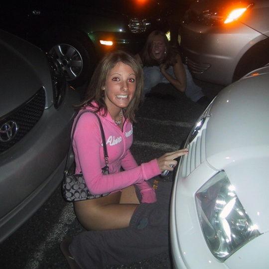 【野ションエロ画像】泥酔外国人ネキ、車の陰で野ションして友達にスマホで撮られSNSに晒される、様式美のような流れに草(画像30枚)・21枚目