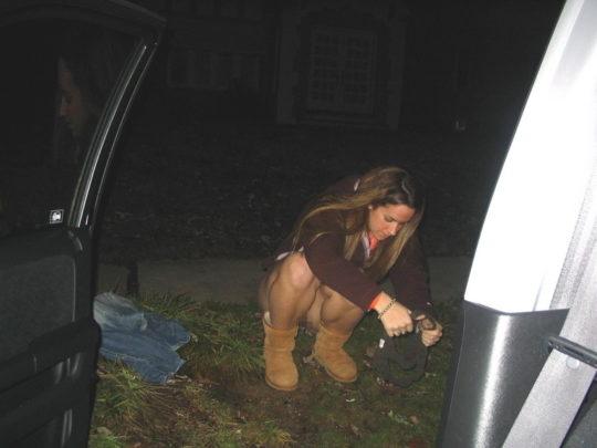 【野ションエロ画像】泥酔外国人ネキ、車の陰で野ションして友達にスマホで撮られSNSに晒される、様式美のような流れに草(画像30枚)・22枚目