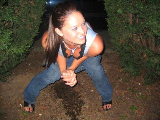 【野ションエロ画像】泥酔外国人ネキ、車の陰で野ションして友達にスマホで撮られSNSに晒される、様式美のような流れに草(画像30枚)・26枚目