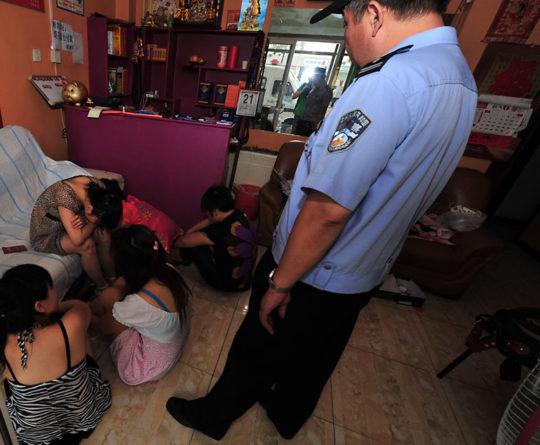 【※恥辱※】警察官「はいー動かないでー」っていう風俗摘発の恥ずかしすぎる瞬間画像を現場からどうぞ。(画像あり)・12枚目
