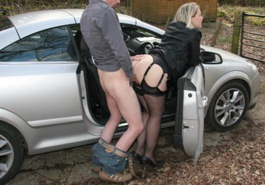 【草】巨漢外人カップルさん、狭い車内でのカーセックスを諦め車外で立ちバックにシフトwwwwwwwwwww(画像あり)・5枚目