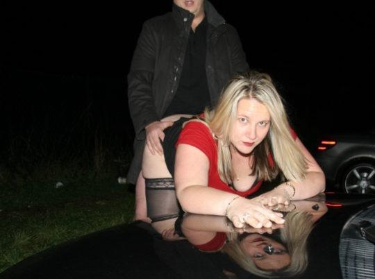 【草】巨漢外人カップルさん、狭い車内でのカーセックスを諦め車外で立ちバックにシフトwwwwwwwwwww(画像あり)・7枚目