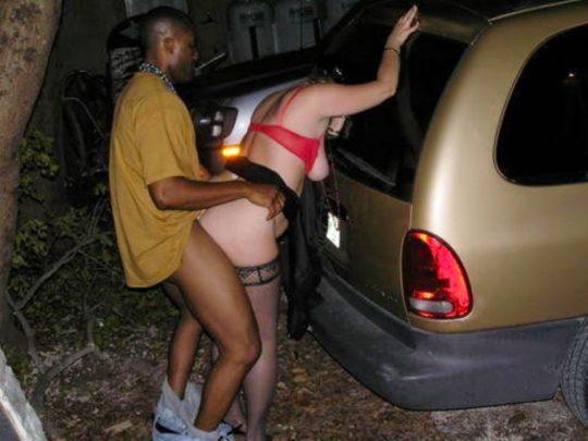 【草】巨漢外人カップルさん、狭い車内でのカーセックスを諦め車外で立ちバックにシフトwwwwwwwwwww(画像あり)・8枚目