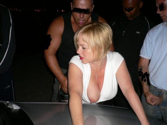 【草】巨漢外人カップルさん、狭い車内でのカーセックスを諦め車外で立ちバックにシフトwwwwwwwwwww(画像あり)・16枚目