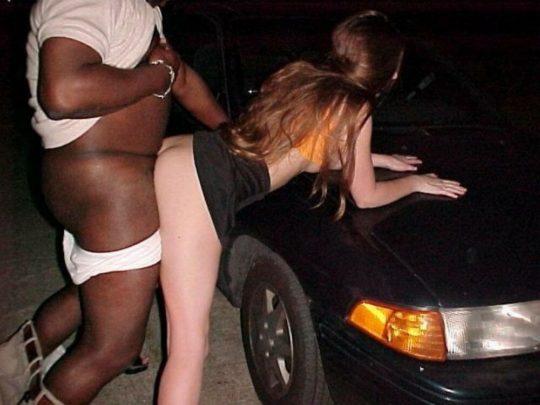 【草】巨漢外人カップルさん、狭い車内でのカーセックスを諦め車外で立ちバックにシフトwwwwwwwwwww(画像あり)・21枚目