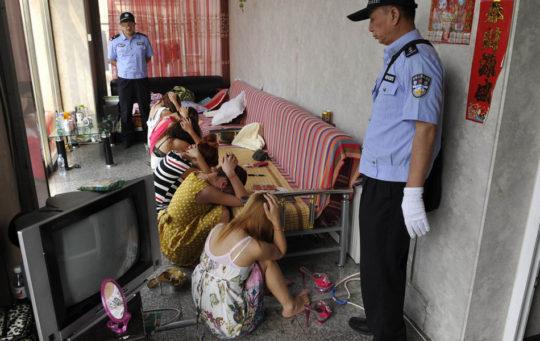 【※恥辱※】警察官「はいー動かないでー」っていう風俗摘発の恥ずかしすぎる瞬間画像を現場からどうぞ。(画像あり)・16枚目