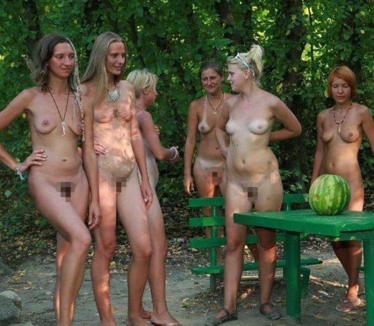 【母娘エロ画像】海外の裸族一家&母娘ヌード、こいつ等ガチで頭おかしくて草wwwwwwww(画像130枚)・23枚目