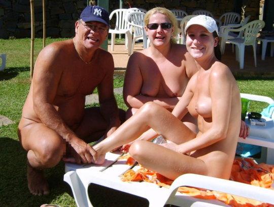 【母娘エロ画像】海外の裸族一家&母娘ヌード、こいつ等ガチで頭おかしくて草wwwwwwww(画像130枚)・41枚目