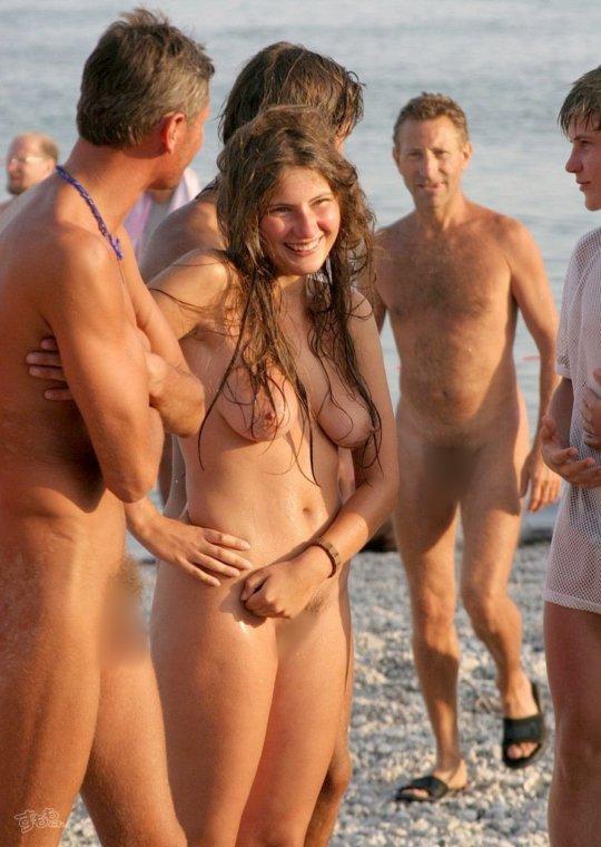 【母娘エロ画像】海外の裸族一家&母娘ヌード、こいつ等ガチで頭おかしくて草wwwwwwww(画像130枚)・43枚目