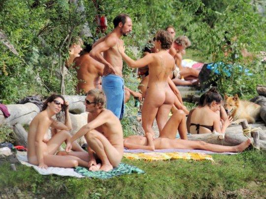 【母娘エロ画像】海外の裸族一家&母娘ヌード、こいつ等ガチで頭おかしくて草wwwwwwww(画像130枚)・47枚目
